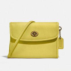 Túi Đeo Chéo Coach Turnlock Flap Wallet Màu Vàng